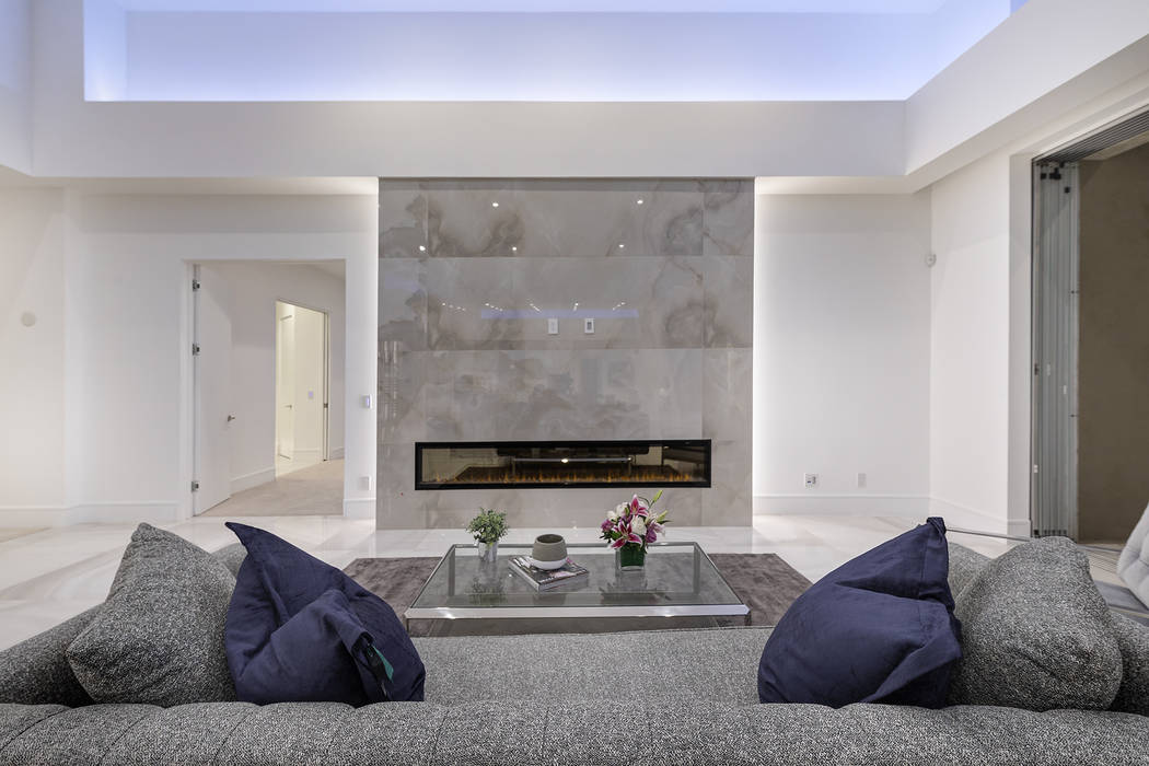 The living room features a horizontal fireplace. (Richard Luke Architects)