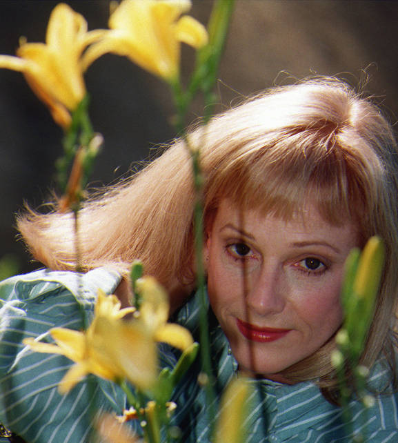 In this Nov. 1, 1997 file photo, actress/director/author Sondra Locke poses for a photograph at a garden in Beverly Hills, Calif. (AP Photo/ Damian Dovarganes)