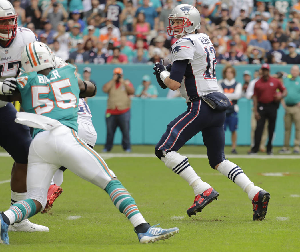 THIS CORRECTS THE IDENTIFICATION OF THE PATRIOTS PLAYER SHOWN TO QUARTERBACK TOM BRADY, AND NOT JULIAN EDELMAN - New England Patriots quarterback Tom Brady gets ready to throw a touchdown pass to ...