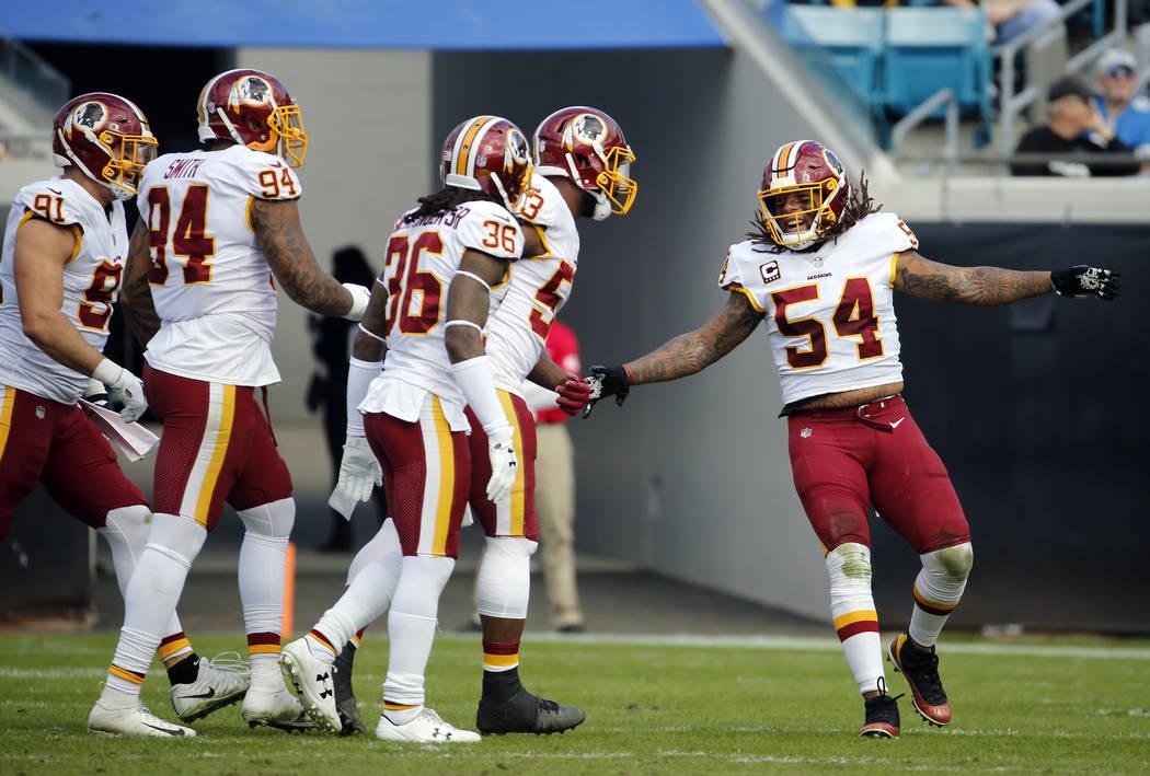 Los jugadores de los Redskins de Washington celebran una jugada defensiva contra los Jaguars de Jacksonville durante la primera mitad del partido de la NFL, el domingo 16 de diciembre de 2018, en ...