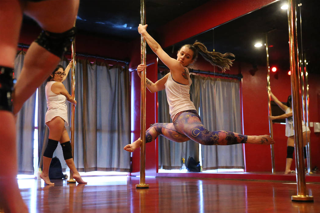 Instructor Samantha Dubinski leads a class at Pole Fitness Studio in Las Vegas, Saturday, Dec. 29, 2018. Erik Verduzco Las Vegas Review-Journal @Erik_Verduzco