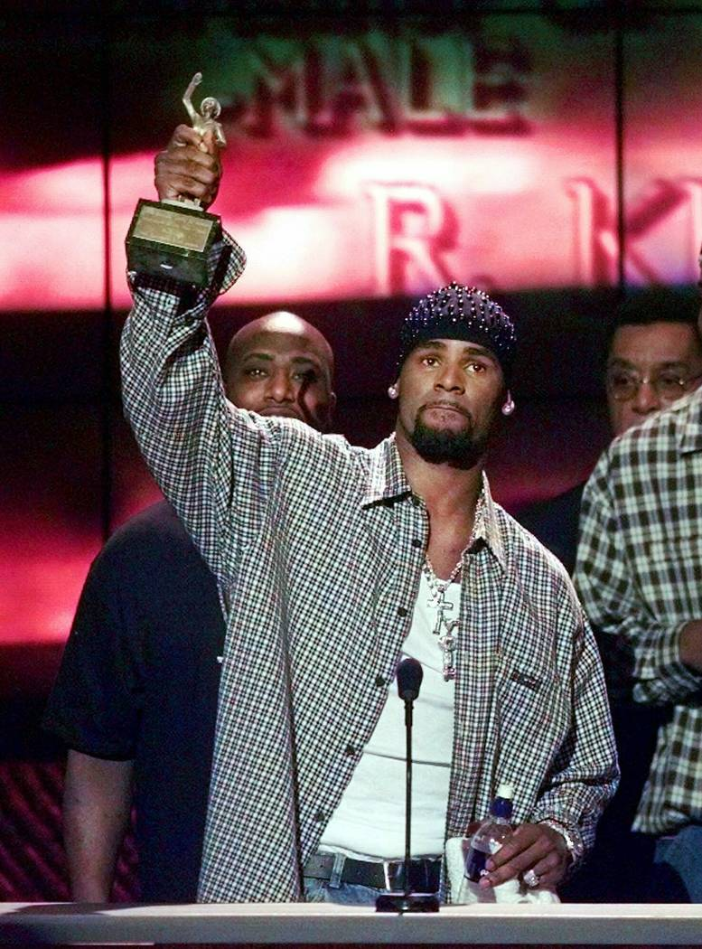 """R. Kelly accepts the Sammy Davis Jr. Award for Male """"Entertainer of the Year"""" at the 13th annual Soul Train Music Awards in Los Angeles on March 26, 1999. (AP Photo/Mark J. Terrill, File)"""