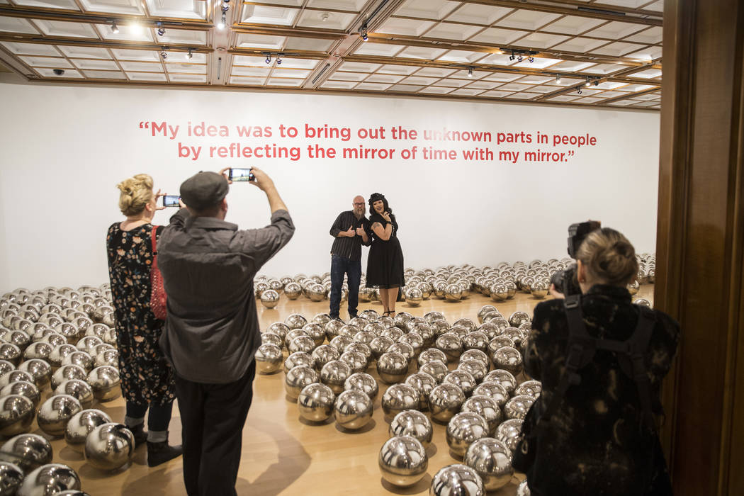 """Los asistentes caminan por """"Aftermath of Obliteration of Eternity and Narcissus Garden"""" en la nueva exhibición de Yayoi Kusama en la Galería de Bellas Artes Bellagio el viernes 16 de noviembre d ..."""