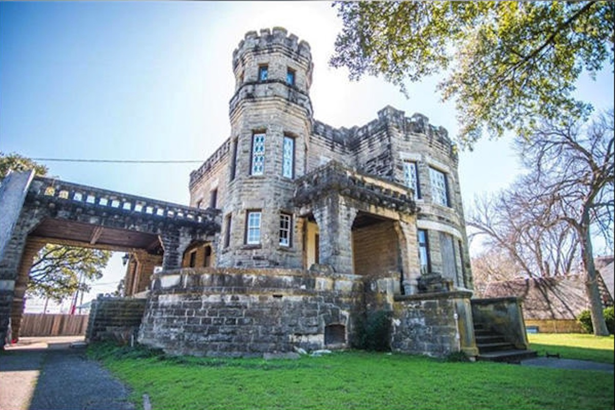 Chip And Joanna Gaines Of Hgtvs Fixer Upper Buy Castle In Texas