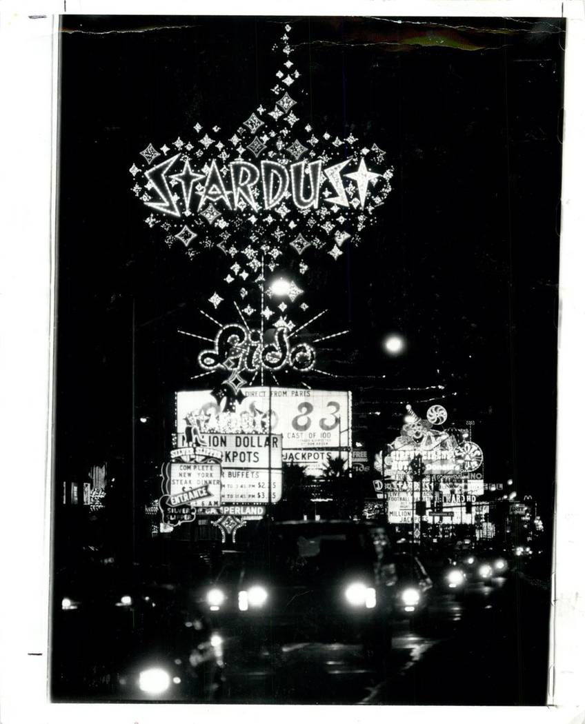 STARDUST HOTEL 1983 STARDUST SIGN LIGHTS UP THE NIGHT ON THE STRIP! (JIM LAURIE/LAS VEGAS REVIEW-JOURNAL)