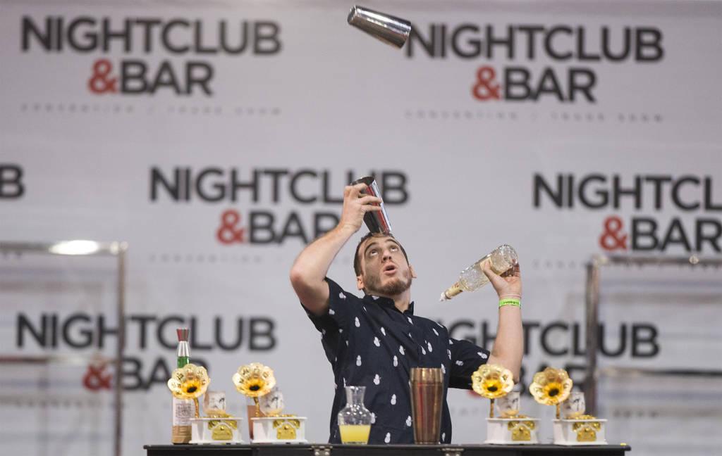 Flair bartenders at Las Vegas Nightclub Bar & Show — VIDEO