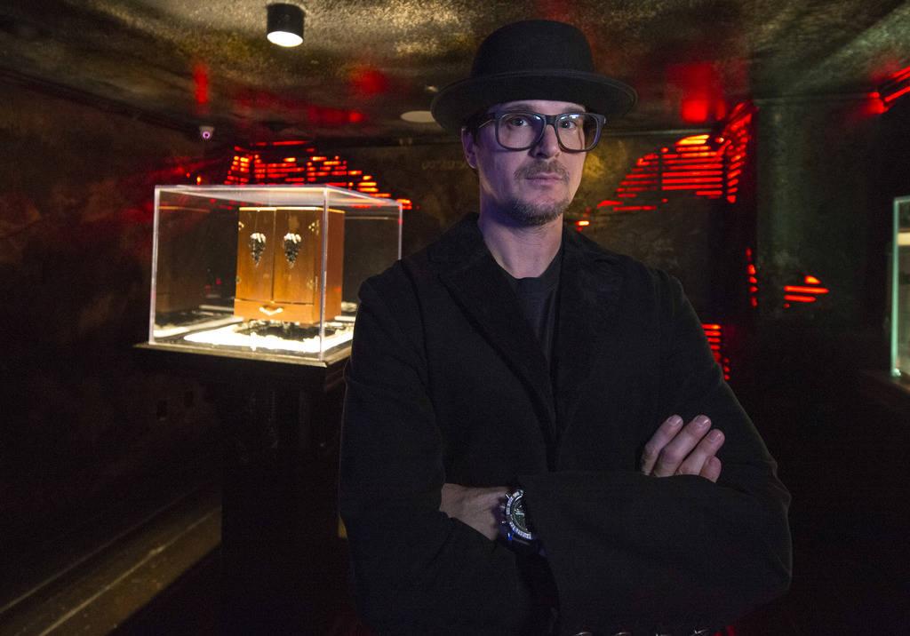 El cazador de fantasmas Zak Bagans posa con su Dybbuk Box, conocida como el objeto más maldito ...