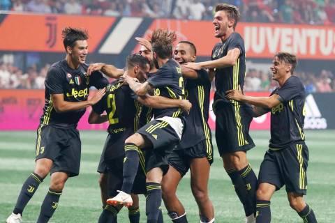 Juventus defender Mattia De Sciglio (2) celebrates with his teammates after scoring the winning ...