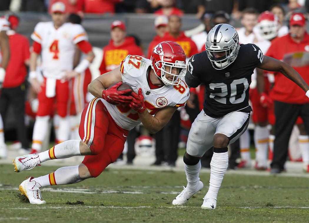 Kansas City Chiefs tight end Travis Kelce (87) runs against Oakland Raiders cornerback Daryl Wo ...