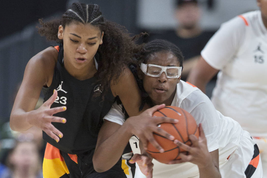 Francesca Belibi (1) fights for a loose ball with Lavender Briggs (23) in the second quarter du ...
