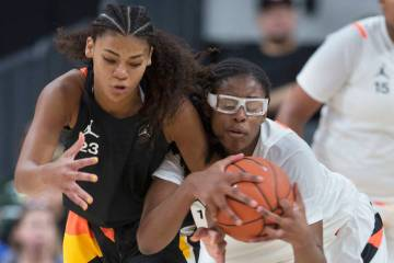 Francesca Belibi, right, fights for a loose ball with Lavender Briggs (23) in the second quarte ...