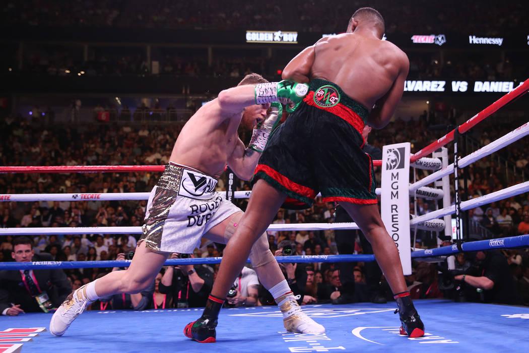 Saul ÒCaneloÓ Alvarez, left, connects a body shot against Daniel Jacobs in the WBC, W ...