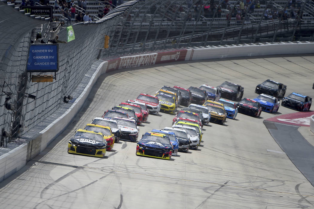 Driver Chase Elliott (9), left, leads as drivers take the green flag during the NASCAR Cup Seri ...