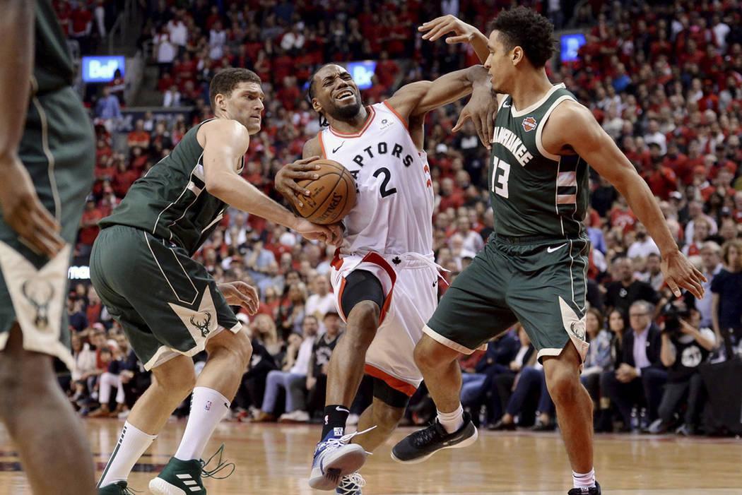 Toronto Raptors forward Kawhi Leonard (2) drives to the net against Milwaukee Bucks center Broo ...
