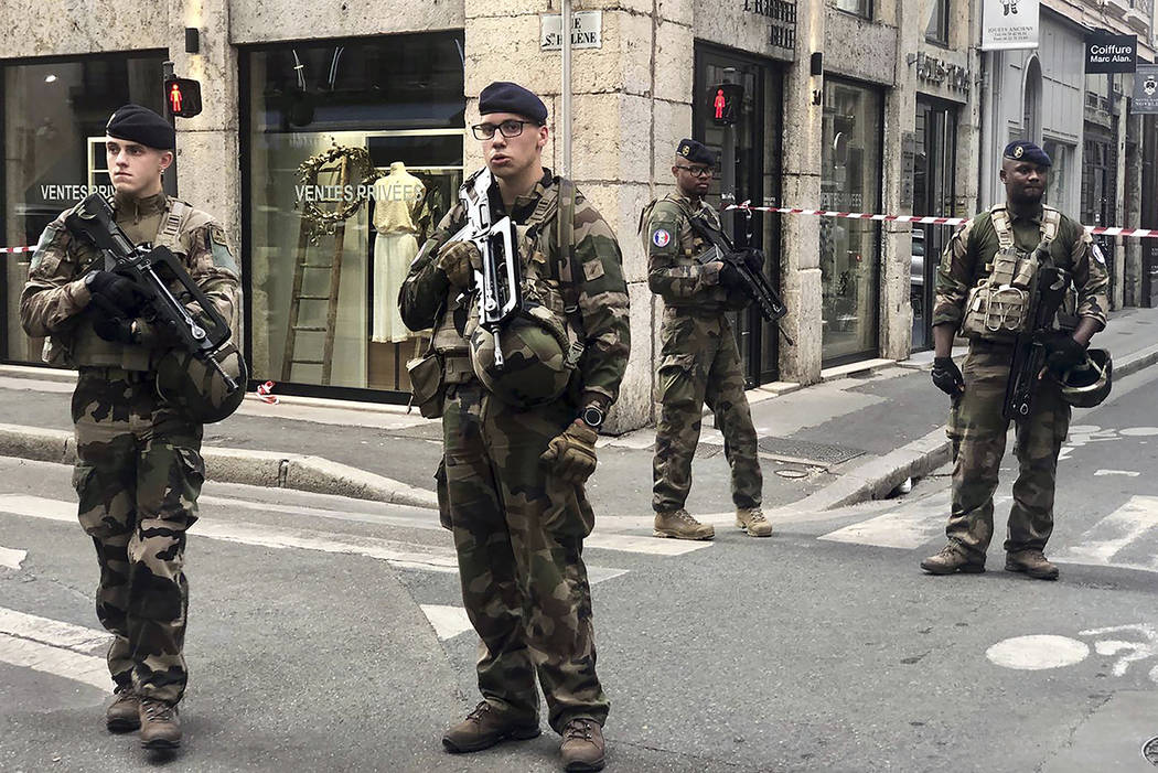 "Soldiers of French antiterrorist plan ""Vigipirate Mission"", secure the access near th ..."