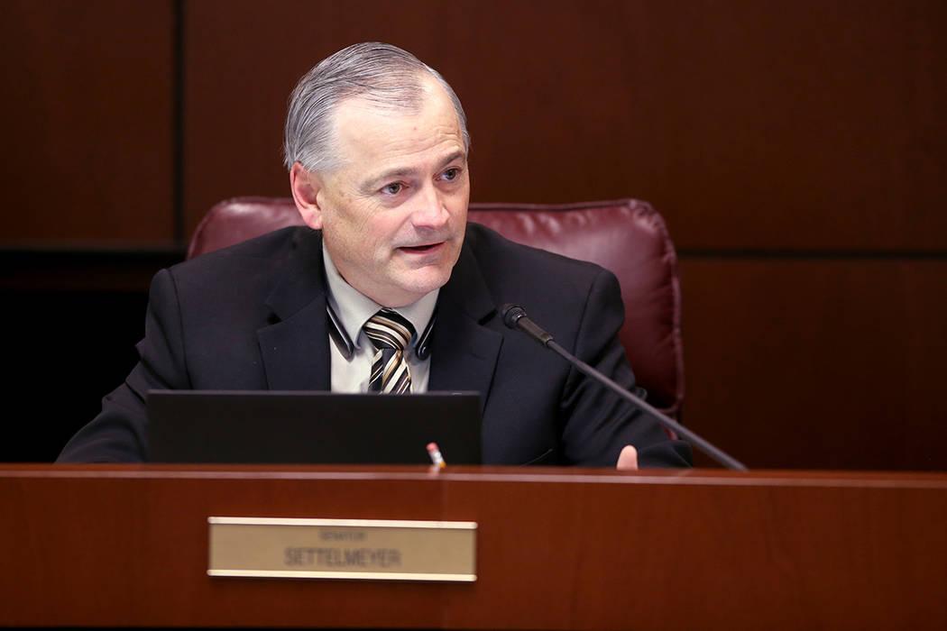 El líder de la minoría del Senado James Settelmeyer, republicano por Minden, hace una pregunt ...