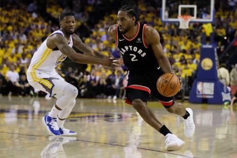 Toronto Raptors forward Kawhi Leonard (2) dribbles against Golden State Warriors forward Alfonz ...