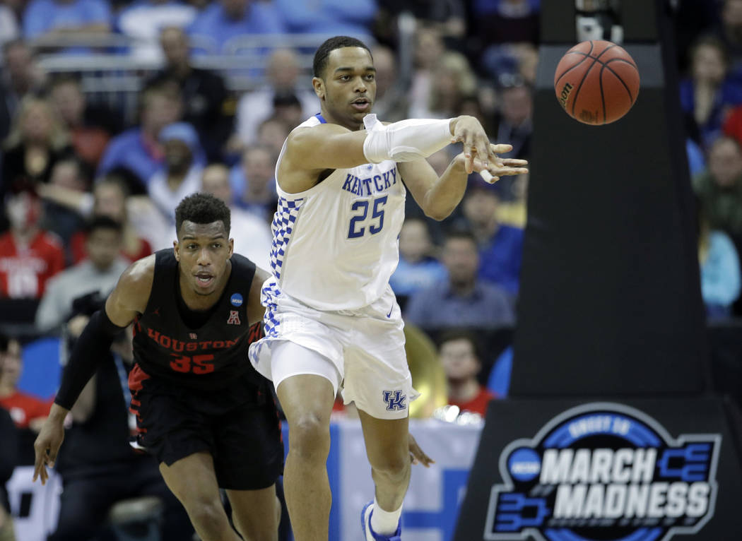 Kentucky's PJ Washington (25) passes as Houston's Fabian White Jr. gives chase during the secon ...