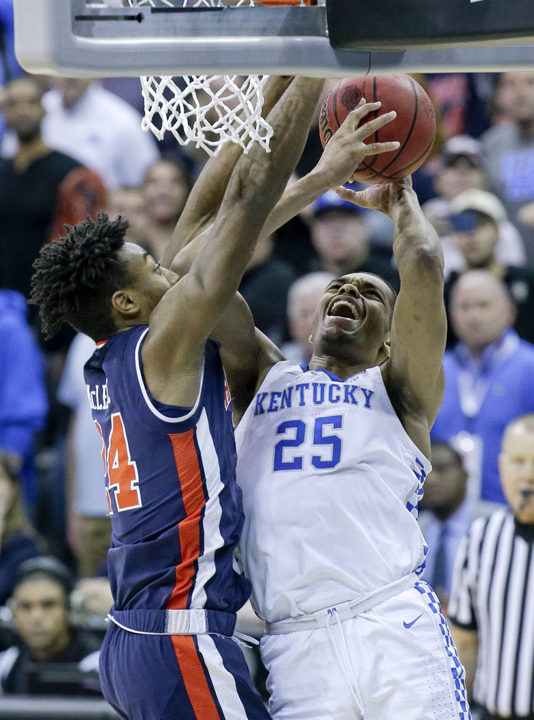 Kentucky's PJ Washington (25) heads to the basket as Auburn's Anfernee McLemore (24) defends du ...