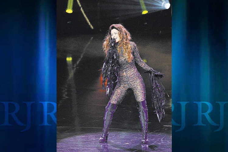 Shania Twain is keeping fans waiting again. But at least they have both a present and past tens ...