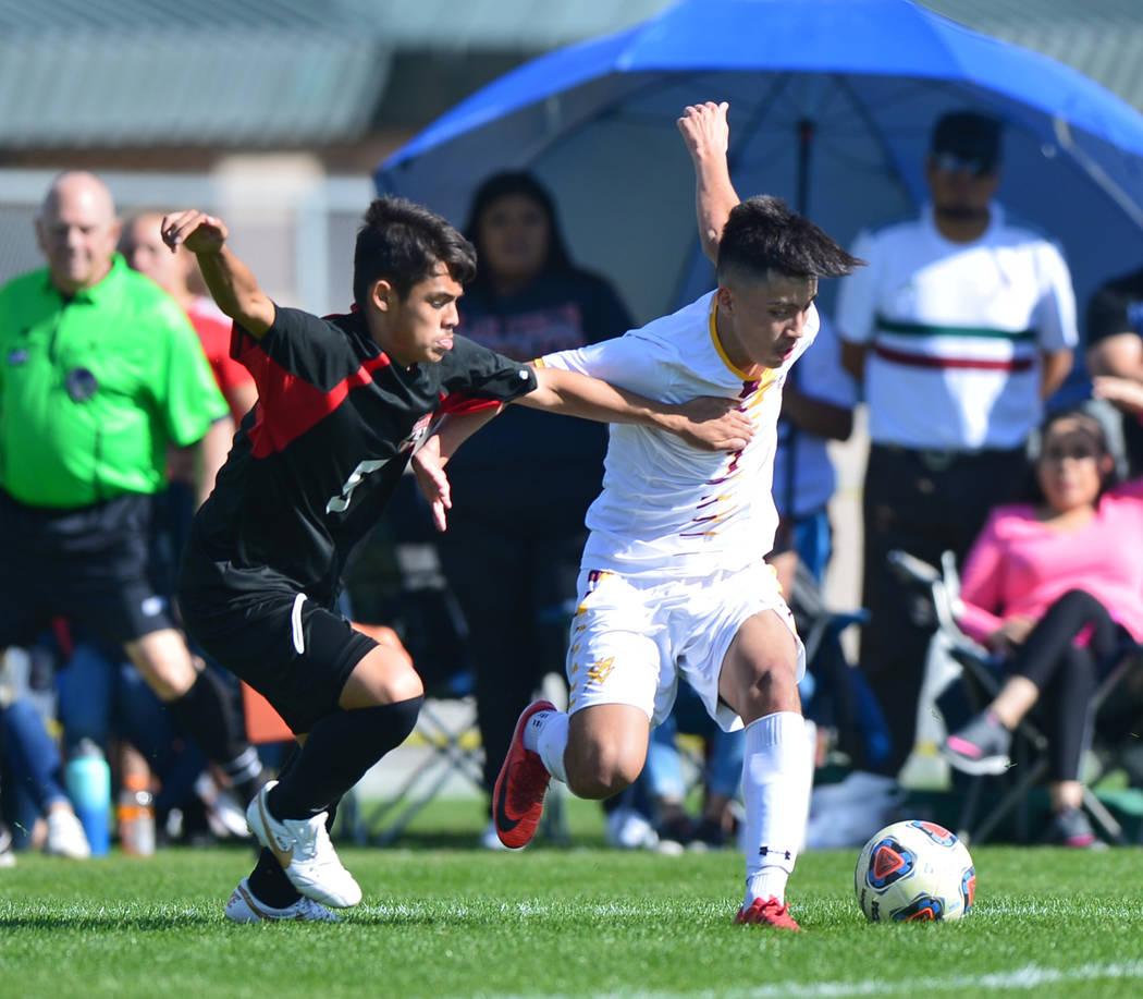 Las Vegas High School's Sebastian Contreras (5) battles for the ball with Eldorado Hig ...