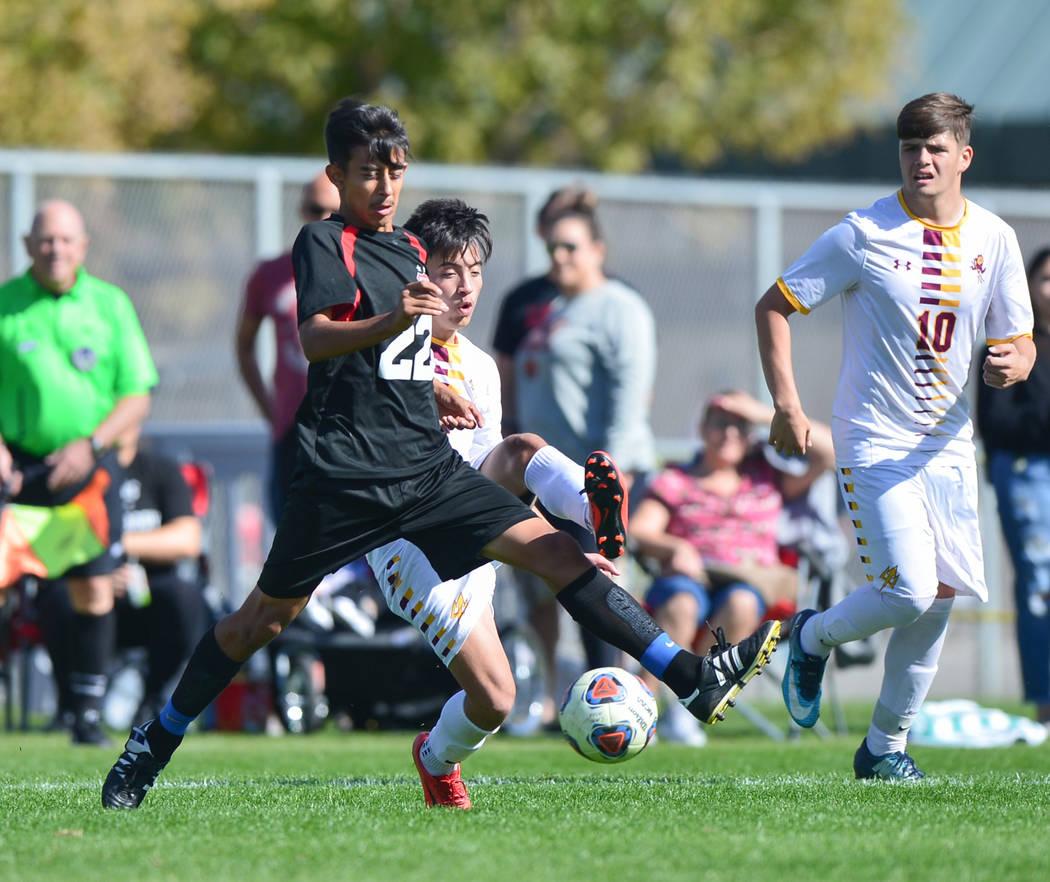 Las Vegas High School's Julian Hernandez (22) passes the ball in front of Eldorado Hig ...
