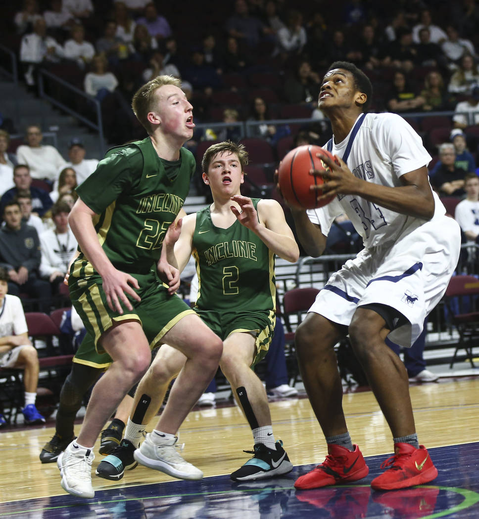 The Meadows Obinna Ezeanolue (34) looks to shoot against Incline guard Liam Nolan-Bowers (22 ...