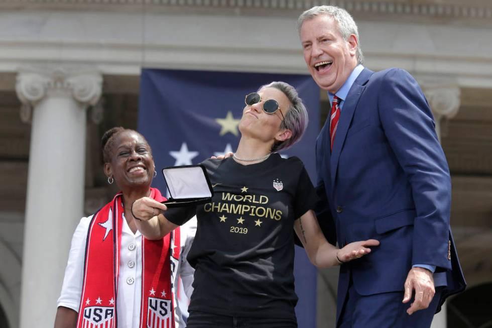 The U.S. women's soccer player Megan Rapinoe, center, poses with New York City Mayor Bill de Bl ...