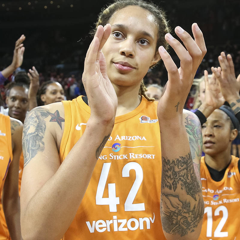 Members of the Phoenix Mercury, including center Brittney Griner (42), celebrate their 92-80 vi ...