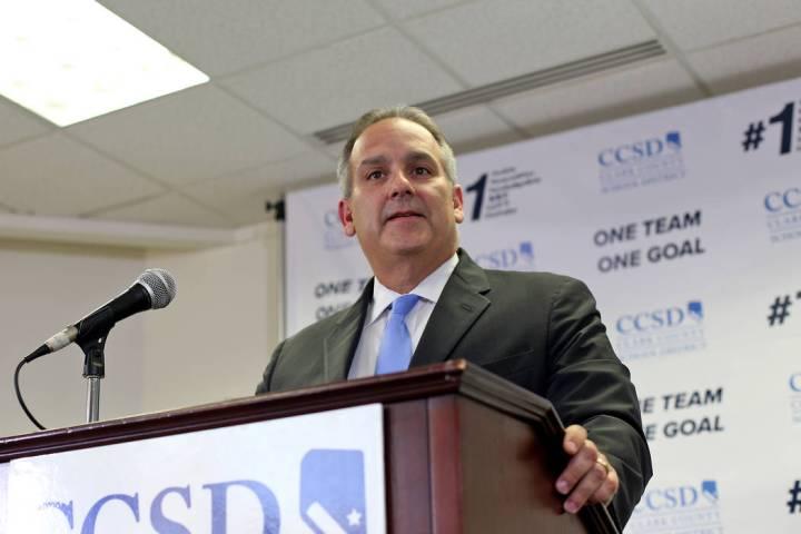 El Superintendente Escolar del Condado de Clark, el doctor Jesús Jara, habla a los medios de c ...