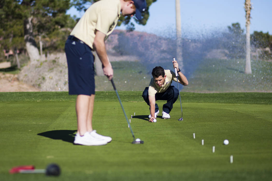Foothill sophomore Noah MacFawn, right, lines up the shot while going through drills during ...