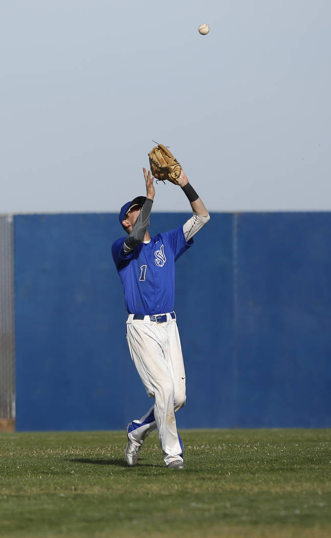 Sierra Vista's Cody Culpepper (1) catches a fly ball during the fifth inning of a high ...