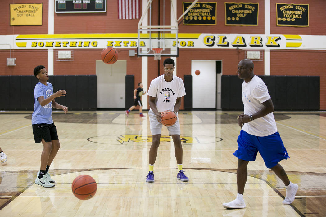 Cal Supreme player Shareef O'Neal, center, son of Shaquille O'Neal, practices at ...