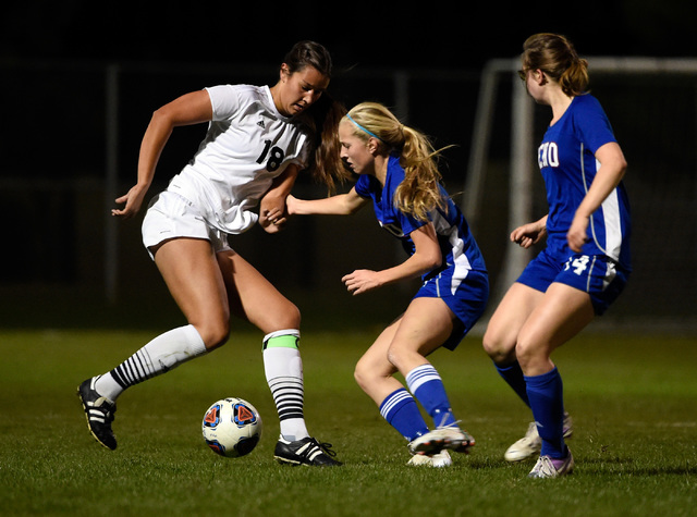 Palo Verde's Jadyn Nogues (18) dribbles the ball against Reno's Shelby Shaffer a ...
