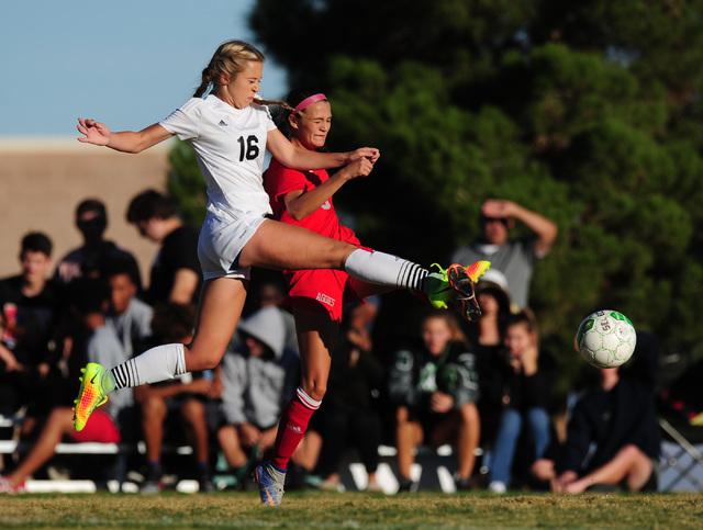 Palo Verde forward Macee Barlow (16) advances the ball against Arbor View defender Samantha ...