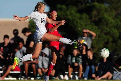 Palo Verde forward Macee Barlow (16) advances the ball against Arbor View defender Samantha ...