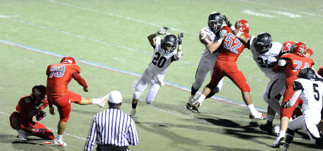 Palo Verde middle linebacker Jaren Campbell (21) blocks a field goal attempt by Arbor View k ...