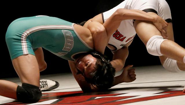 Las Vegas's Antonio Saldate, right, cranks a half nelson against Green Valley's ...