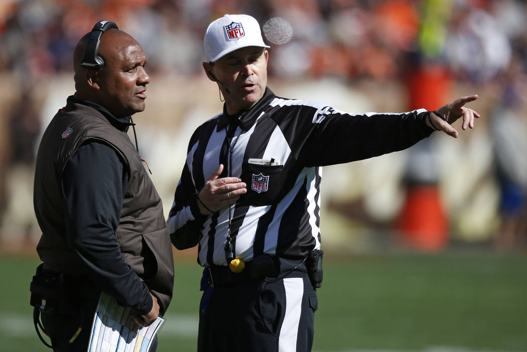 Cleveland Browns head coach Hue Jackson, left, talks with referee Brad Allen in the first half ...