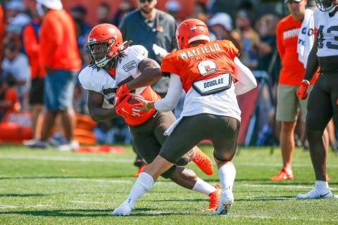 Cleveland Browns quarterback Baker Mayfield (6) hands off to running back Kareem Hunt (27) duri ...