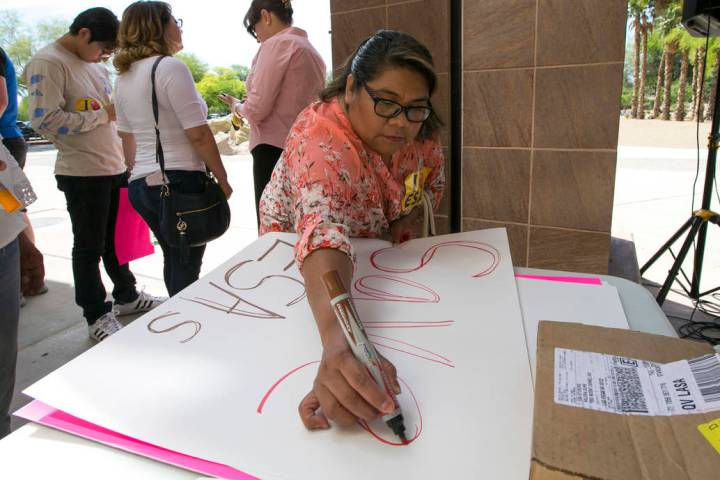 Richard Brian/Las Vegas Review-Journal A woman makes a sign before the start of a rally support ...