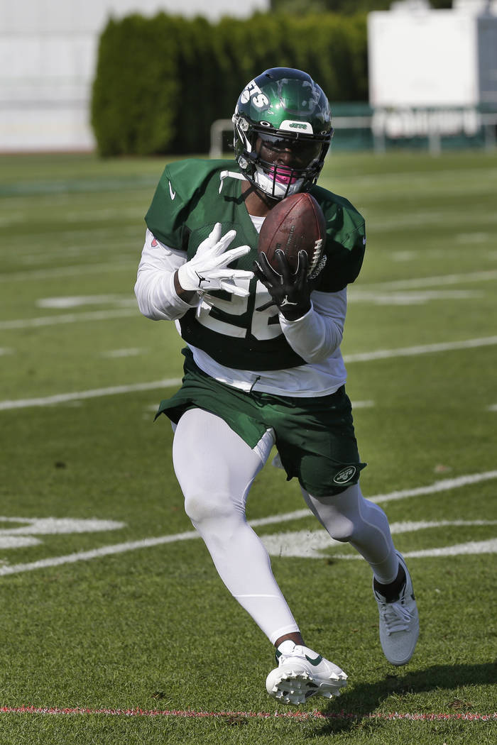 New York Jets running back Le'Veon Bell participates during practice at the NFL football team's ...