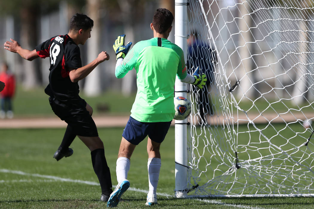 Las Vegas' Sergio Aguayo (18) connects with the ball with his head for a score during the secon ...