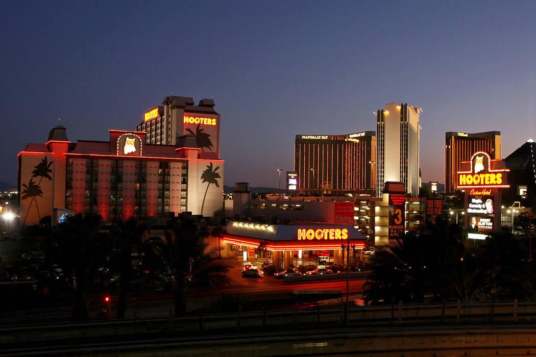Hooters Las Vegas Reviews