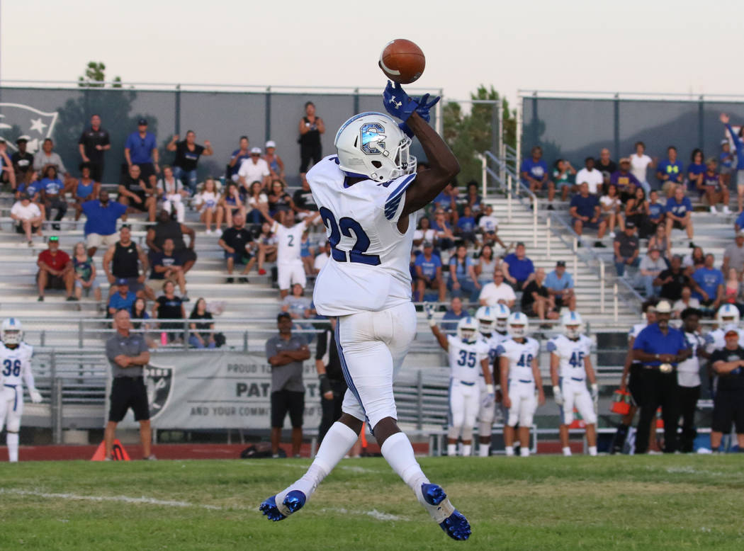Chandler, Ariz., High's Quaron Adams (22) tries but unable to catch a pass during the first hal ...