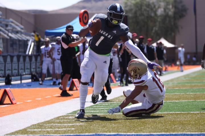 Desert Pines' Darnell Washington (1) scores a touchdown against Logan's Jaelin Hoth (16) during ...