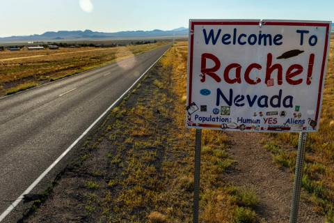 Un letrero da la bienvenida a los visitantes cuando ingresan a la ciudad de Rachel, que será u ...