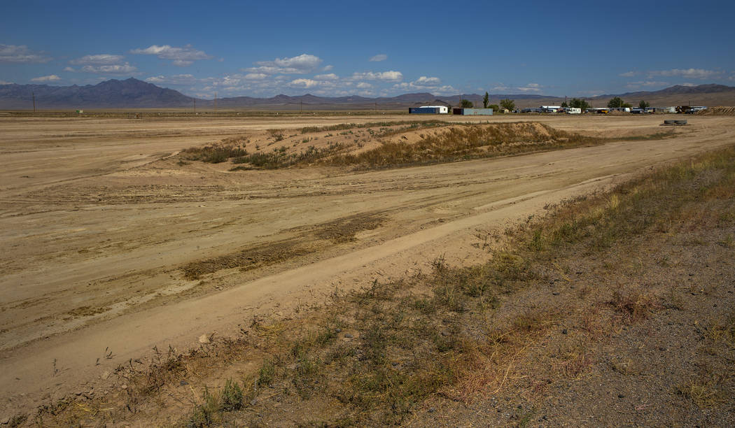Un terreno preparado al norte del Little A'Le'Inn está programado para albergar el escenario y ...