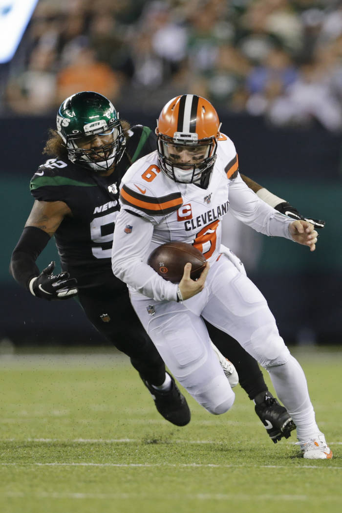 Cleveland Browns' Baker Mayfield (6) runs away from New York Jets' Leonard Williams (92) during ...