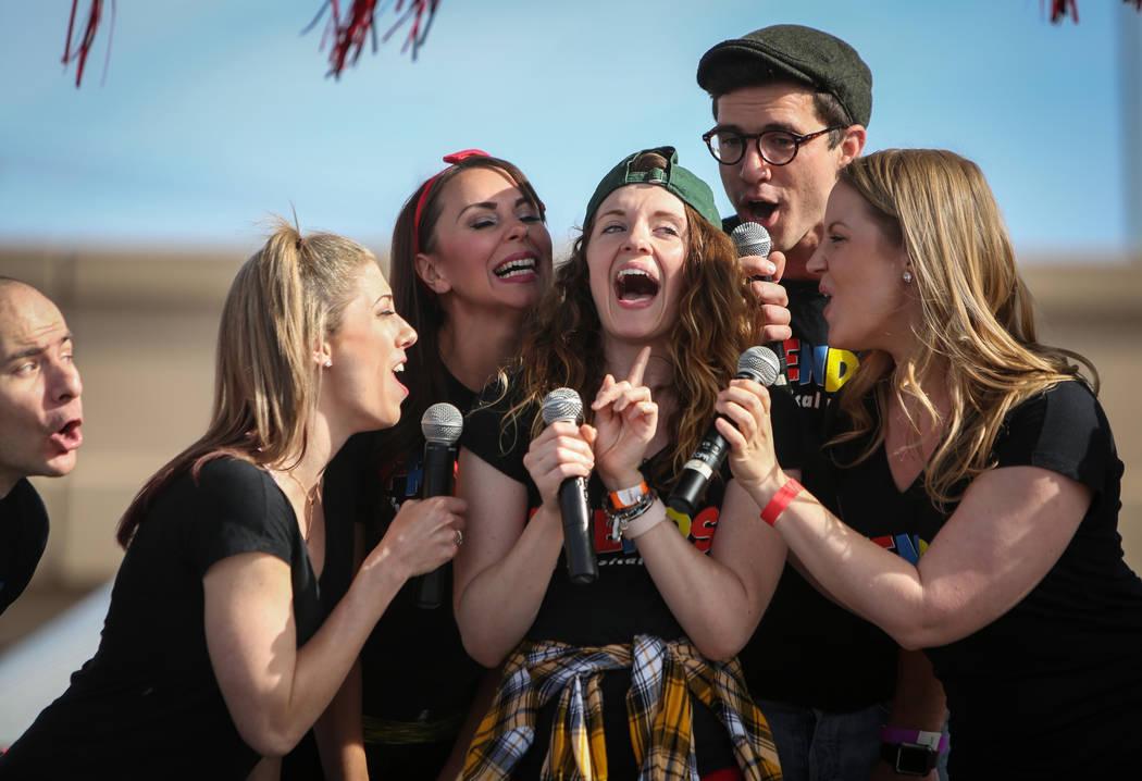 Los miembros de reparto de Friends the Musical Parody cantan en el escenario de la 29a. Caminat ...